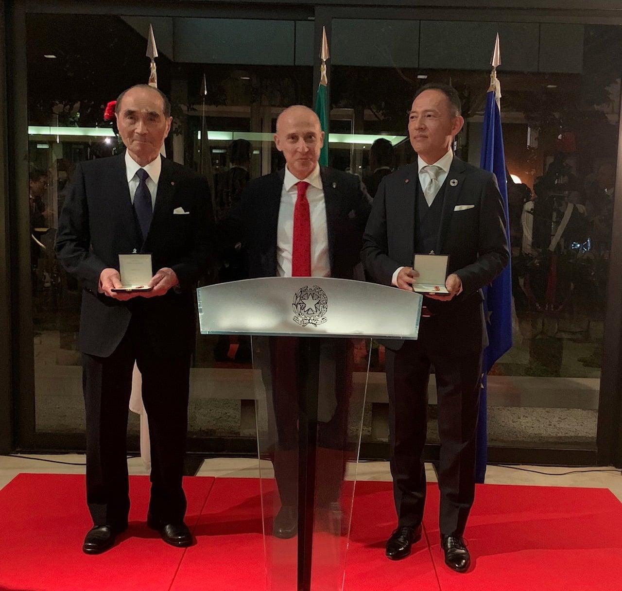 L'ambasciatore Giorgio Starace con i nuovi Cavalieri dell'Ordine della Stella d'Italia Tada Hiroshi e Yamanaka Takeshi.<br><br>